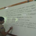 Escrevendo na lousa as frases formadas com as palavras escolhidas peos alunos.