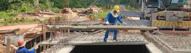 Trabalhadores na construção da ponte no Lote 4 - Altamira/Anapu